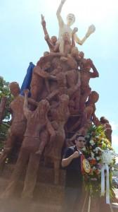 Randy Caballero coloca ofrenda floral en monumento a Alexis