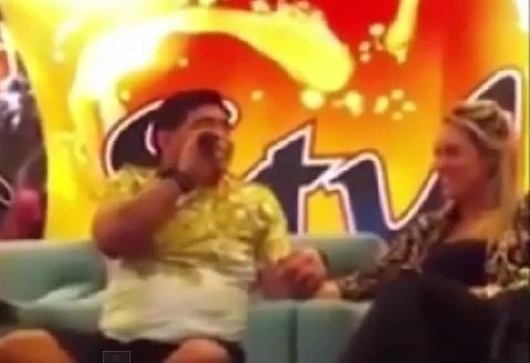Maradona le cantó una serenata a su novia
