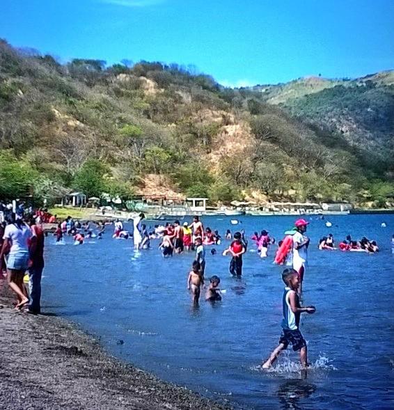 Familias capitalinas disfrutan de las calidad aguas de Xiloa este 25 de diciembre