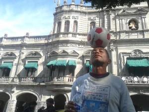 Hombre de 60 años recorre México dominando balón en mensaje de paz