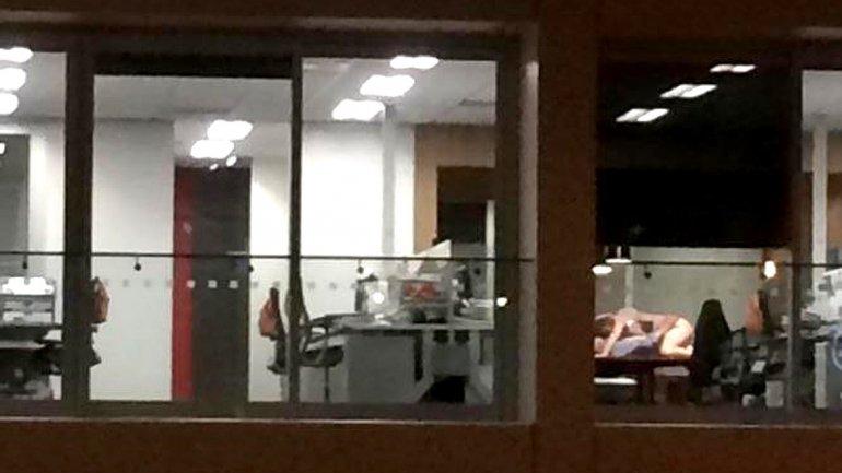 Los captaron teniendo sexo en la oficina y publicaron las fotos en twitter - Sexo en la oficina ...