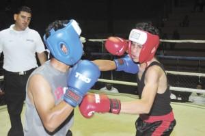 boxeo aficionado en el gimnasio del alexis arguello se enfrentan