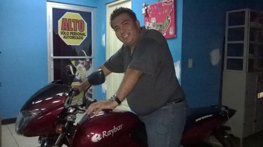 Matagalpino recibe motocicleta que se ganó en la Súper Promoción Moto YA