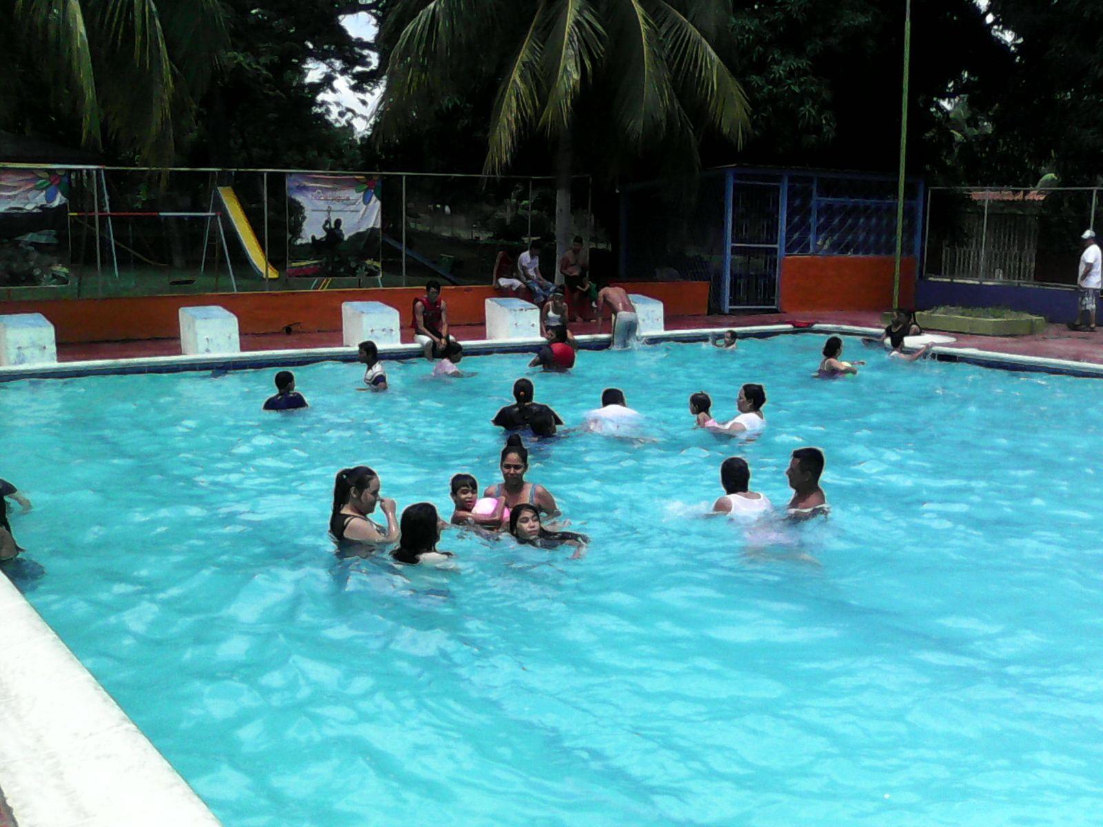 Familias nicaragüenses combaten el calor en las piscinas del centro ...