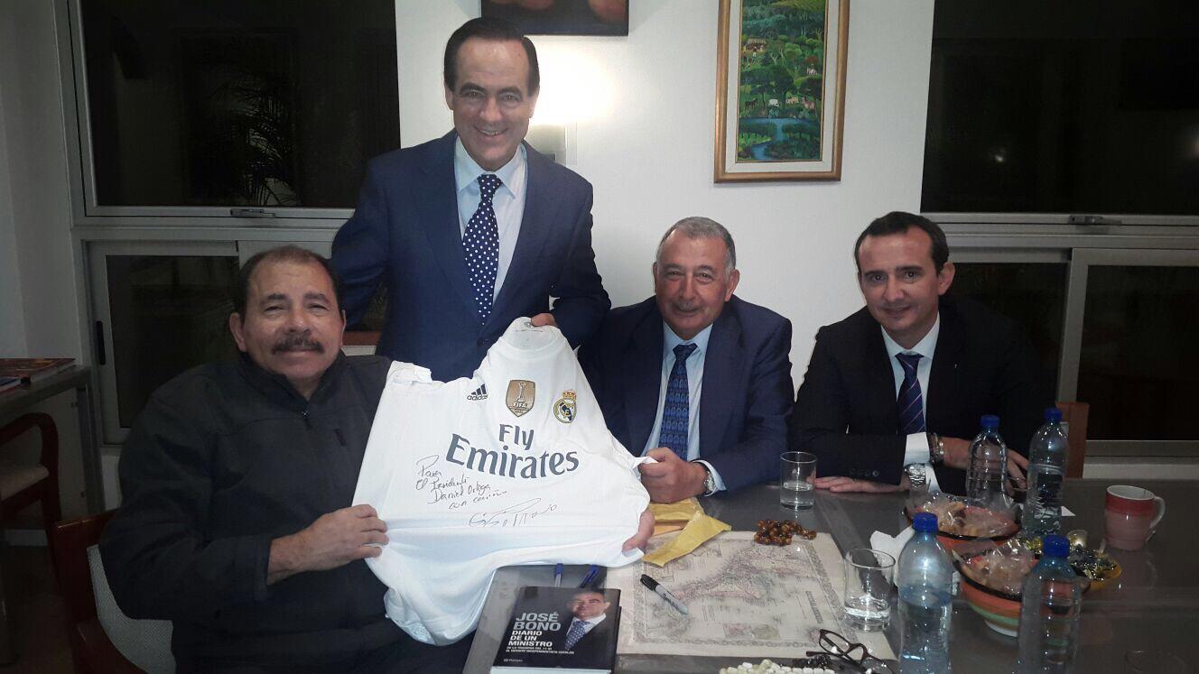 Presidente Daniel recibe camiseta autografiada por Cristiano Ronaldo