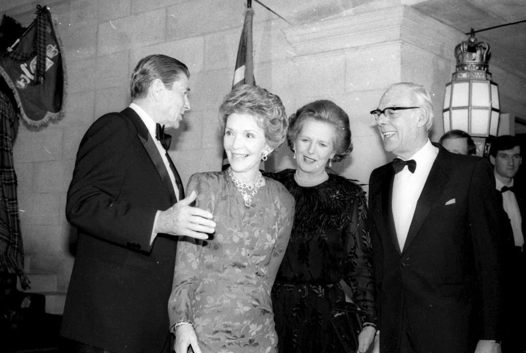 ronald reagan y su esposa Nancy Reagan junto a Margaret Tatcher y su esposo Dennis