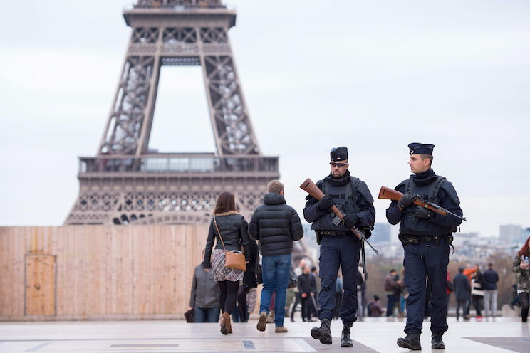 HOR101. Paris (France), 14/11/2015.- Policemen patrol near to the Eiffel tower in Paris, France, 14 November 2015. The French government declared a state of emergency, tightened border controls and mobilized 1,500 soldiers in consequence to the 13 November Paris attacks. At least 120 people have been killed in a series of attacks in Paris on 13 November, according to French officials. Eight assailants were killed, seven when they detonated their explosive belts, and one when he was shot by officers, police said. (Francia) EFE/EPA/MARIUS BECKER