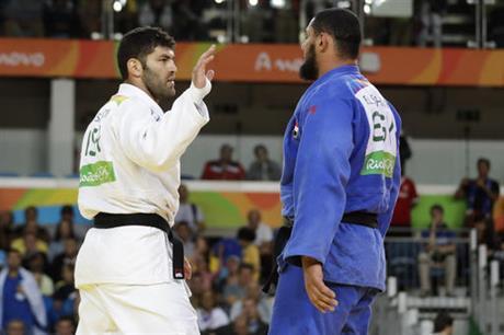 Abuchean a judoka egipcio por negarse a saludar a su oponente israelí