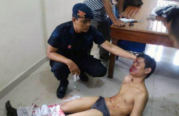 Hombre ataca a sacerdote e intenta inmolarse en una iglesia de Indonesia