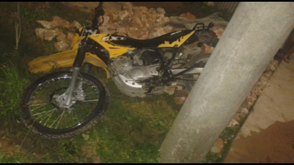Motociclista muere tras impactar contra un poste mientras conducía ebrio2