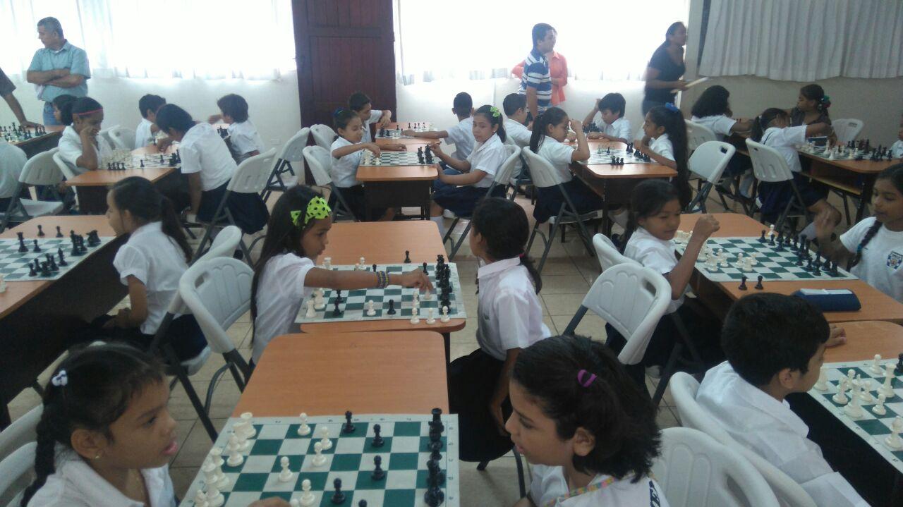 """Estudiantes demuestran sus habilidades en mega clase simultánea de ajedrez """"Octubre Victorioso"""""""