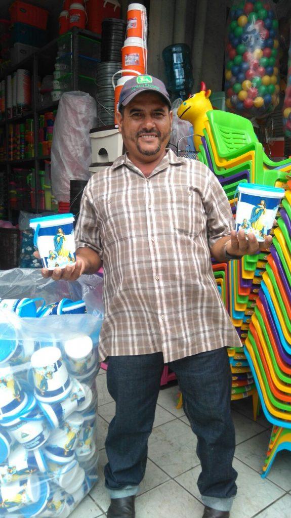 Don Francisco Huete, devoto de la Virgen, reslizando las compras de su brindis. Llego procedente de Río Blanco e invierte 30 mil córdobas.