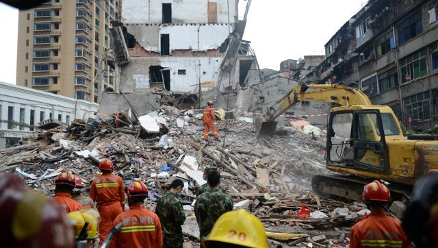 rescue-workers-search-residential-buildings-collapsed-wenzhou_9766aaf4-8ef5-11e6-b1ee-4de56c7571da
