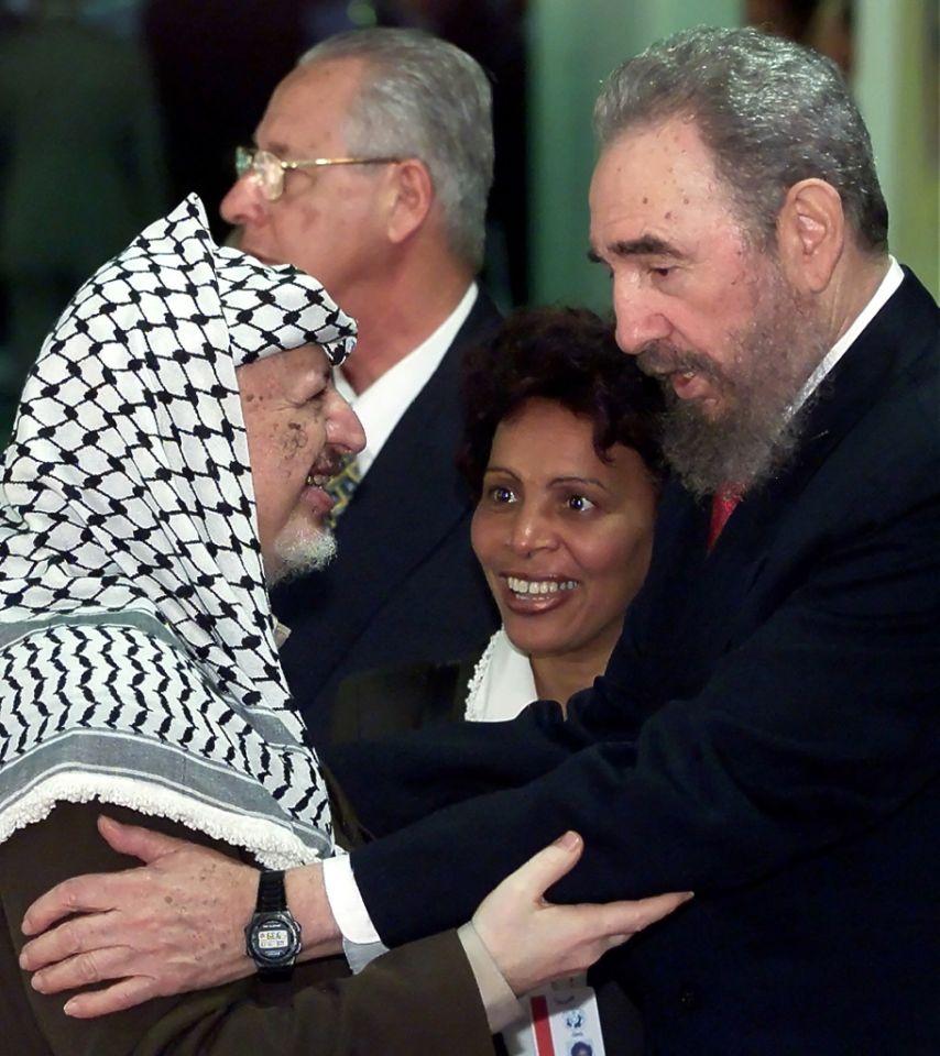 12 de abril de 2000, el presidente cubano Fidel Castro saluda al líder palestino Yaser Arafat, durante la inauguración de una cumbre de países en desarrollo en La Habana.