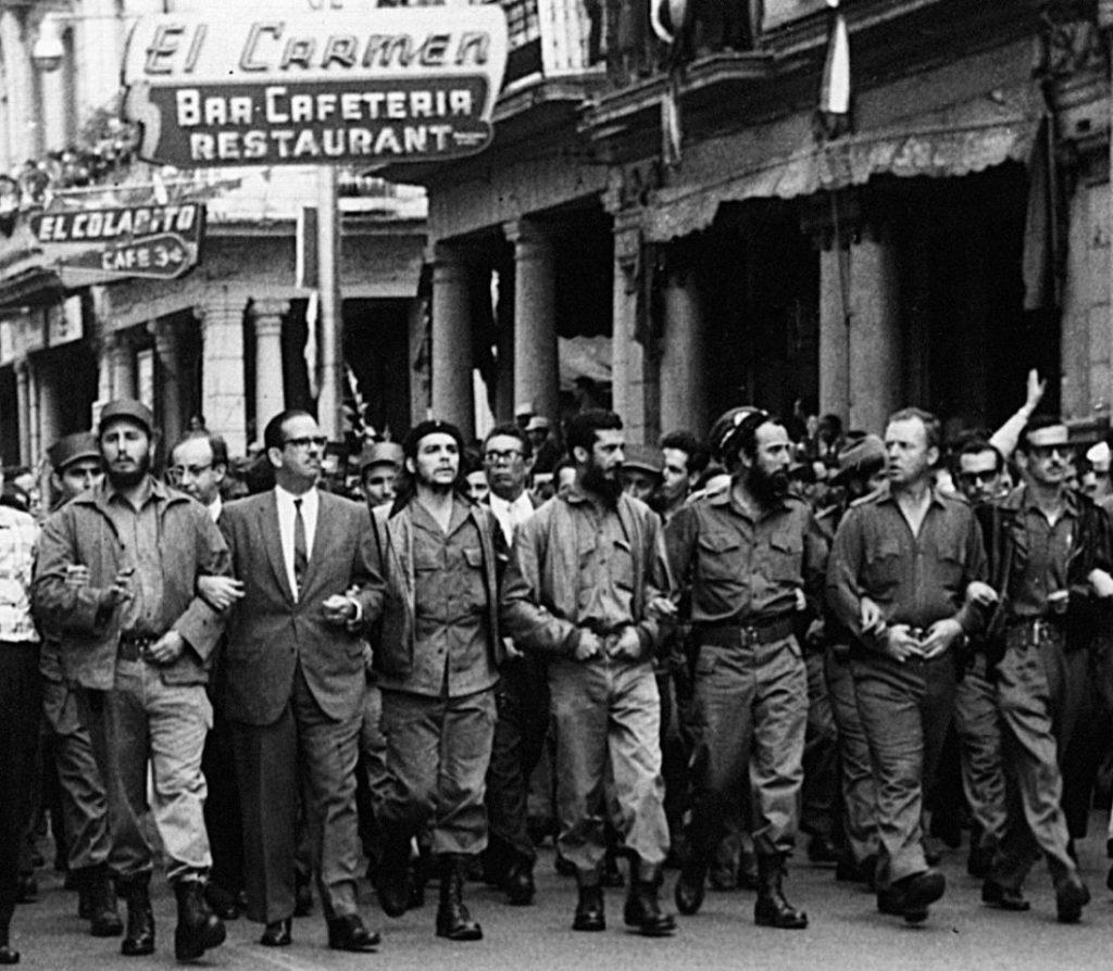 5 de marzo de 1960, líderes cubanos caminan tomados de los brazos al frente de una procesión fúnebre por las víctimas de la explosión del buque cubano La Coubre