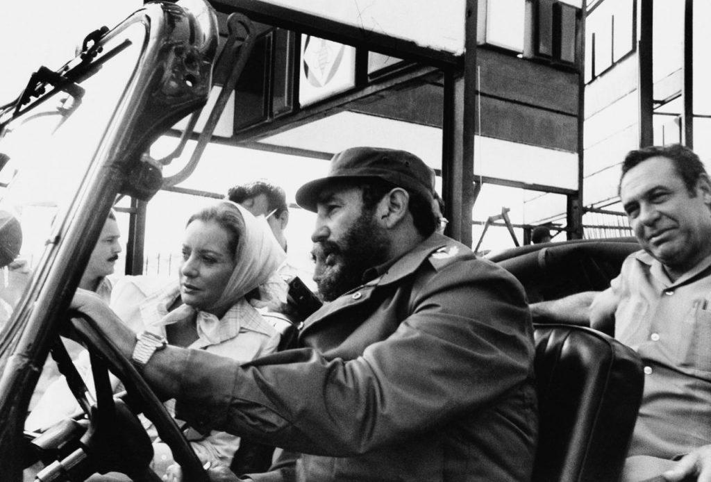 6 de junio de 1977, el líder cubano Fidel Castro lleva en su auto a la periodista estadounidense Barbara Walters durante una visita de ésta a la nación caribeña