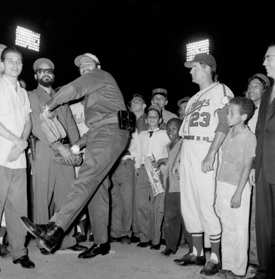 El líder cubano Fidel Castro realiza el primer lanzamiento para inaugurar la temporada de la Liga Internacional el 20 de abril de 1960 en La Habana, Cuba.