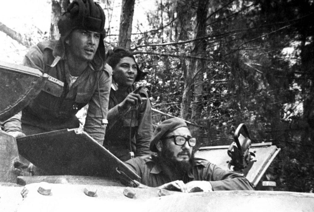 abril de 1961, el líder cubano Fidel Castro observa desde un tanque durante la invasión de Bahía de Cochinos.