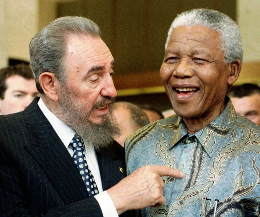 El líder cubano Fidel Castro habla con el presidente sudafricano Nelson Mandela el 19 de mayo de 1998 en una cumbre de la Organización Mundial de Comercio en Ginebra, Suiza.