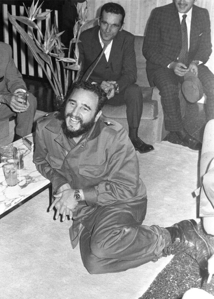 En esta fotografía de archivo de mayo de 1972, el líder cubano Fidel Castro, al centro, sonríe durante una visita a la embajada cubana en Argel, Argelia.