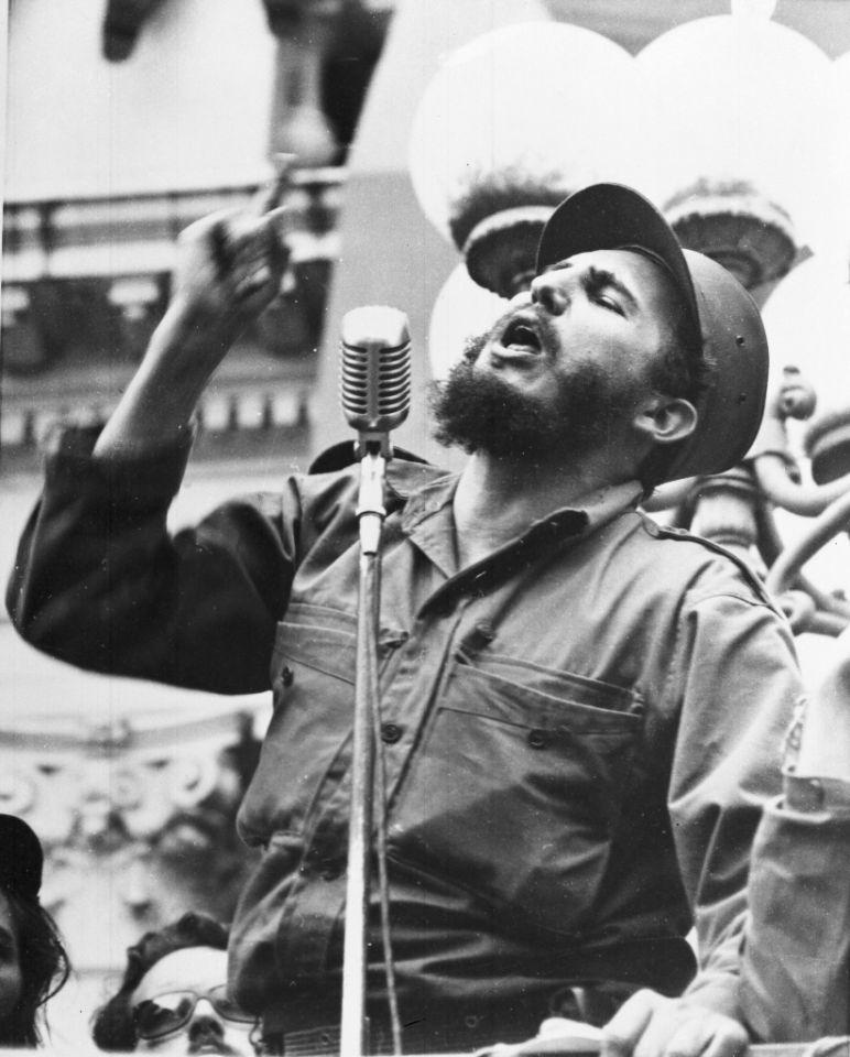 6 de febrero de 1959, el líder cubano Fidel Castro habla ante una muchedumbre durante la marcha triunfal de la Revolución a La Habana, tras la caída del dictador Fulgencio Batista.