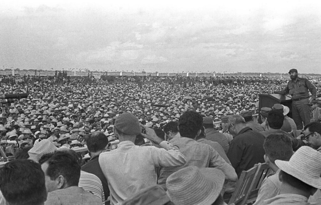 En esta foto de octubre de 1967, el líder cubano Fidel Castro pronuncia un discurso en Bayamó