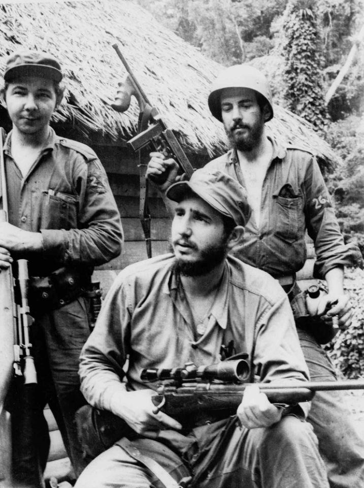 14 de marzo de 1957, Fidel Castro (centro), entonces líder de la guerrilla contra la dictadura de Fulgencio Batista, aparece junto a Camilo Cienfuegos (derecha) en la Sierra Maestra.