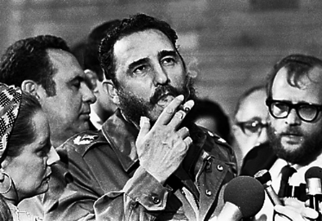 marzo de 1985, el presidente cubano Fidel Castro fuma un puro durante una entrevista en La Habana.