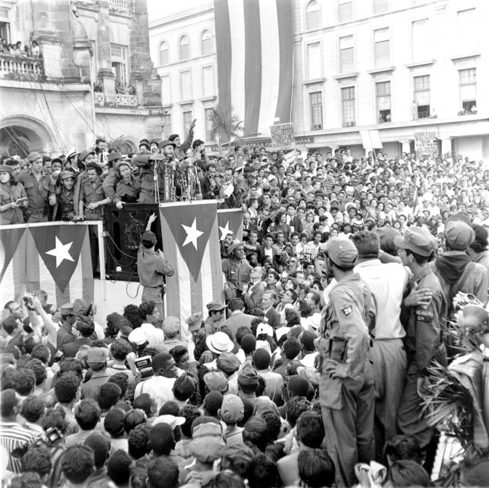 enero de 1959, el líder cubano Fidel Castro habla a una muchedumbre frente al palacio presidencial en La Habana.