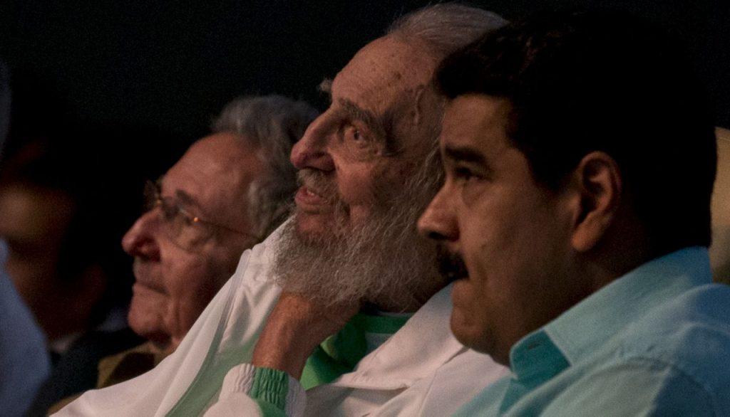 Fidel Castro, sentado entre Nicolás Maduro (dcha) y su hermano Raúl el pasado 13 de agosto en el teatro Karl Marx de La Habana, en un acto por el 90 cumpleaños del líder cubano