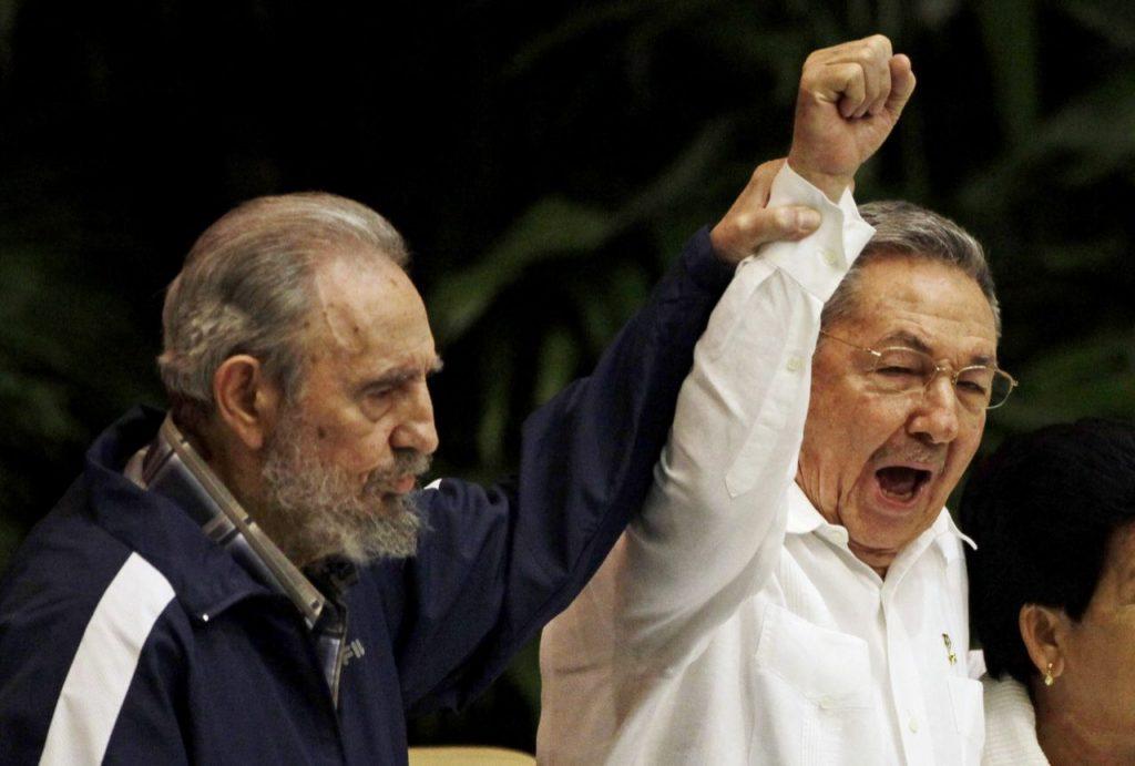 19 de abril de 2011, Fidel Castro (izquierda), levanta la mano de su hermano Raúl, el presidente de Cuba, mientras ambos cantan el Himno de la Internacional Socialista durante el 6to Congreso del Partido Comunista en La Habana.