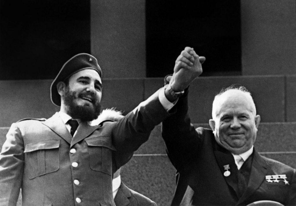 Los líderes cubano Fidel Castro (i) y soviético Nikita Khrushchev, saludan en mayo de 1963 en Moscú