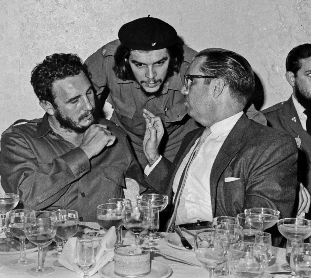"""De izquierda a derecha, el líder cubano Fidel Castro, el héroe de la Revolución cubana Ernesto """"Che"""" Guevara y el presidente cubano Osvaldo Dorticos"""