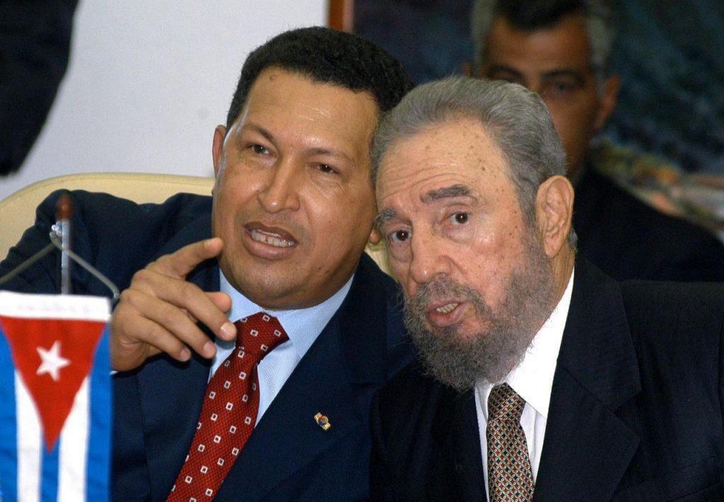 Los presidentes de Cuba, Fidel Castro y de Venezuela, Hugo Chávez (I), conversan durante un acto de graduacion de estudiantes de la Escuela Latinoamericana de Medicina, el 20 de agosto de 2005.
