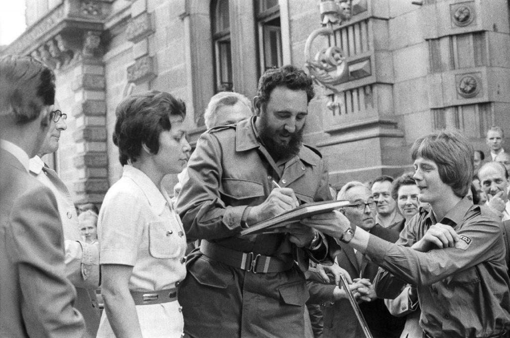 Fidel Castro da un autógrafo durante su visita a Berlín del Este en 1972