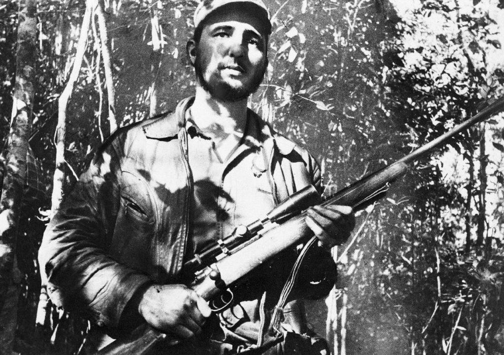 26 de febrero de 1957, el líder cubano Fidel Castro monta guardia en un lugar no precisado de Cuba.