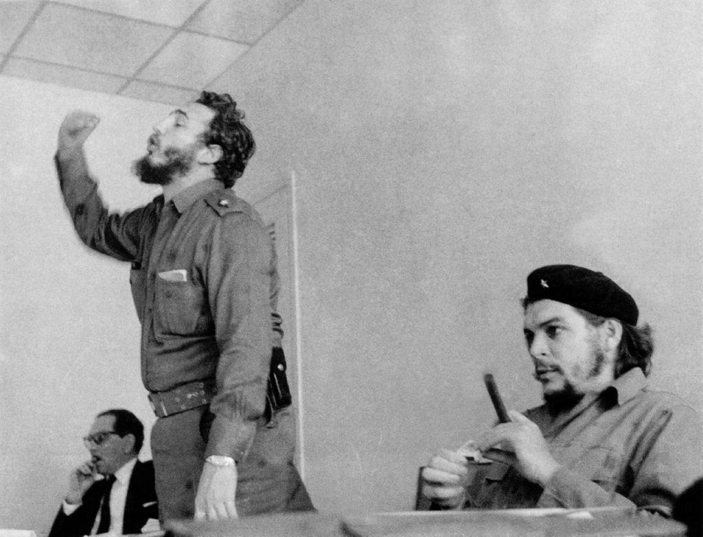 Fidel Castro habla durante una reunión en presencia del guerrillero argentino Ernesto 'Che' Guevara en una fotografía sin fecha tomada en los años 60 en La Habana