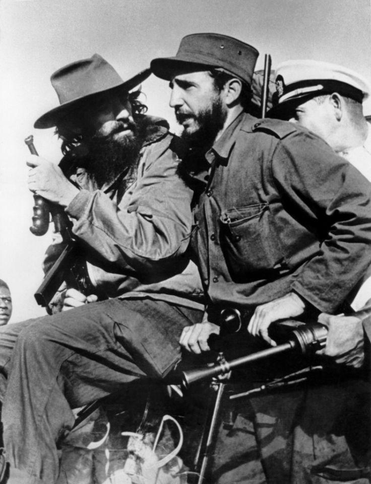Fidel Castro y Camilo Cienfuegos (i) entran en La Habana tras la victoria sobre las fuerzas del dictador cubano Fulgencio Batista el 8 de enero de 1959