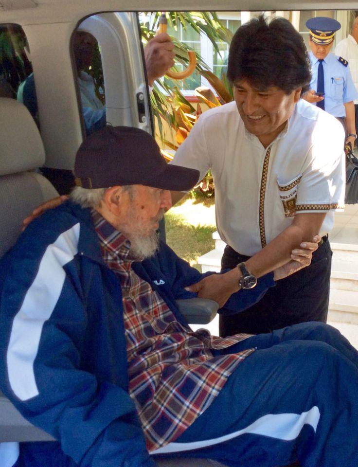 el presidente de Bolivia Evo Morales saluda al líder cubano Fidel Castro que está sentado en una camioneta en La Habana, Cuba, el jueves 13 de agosto de 2015.