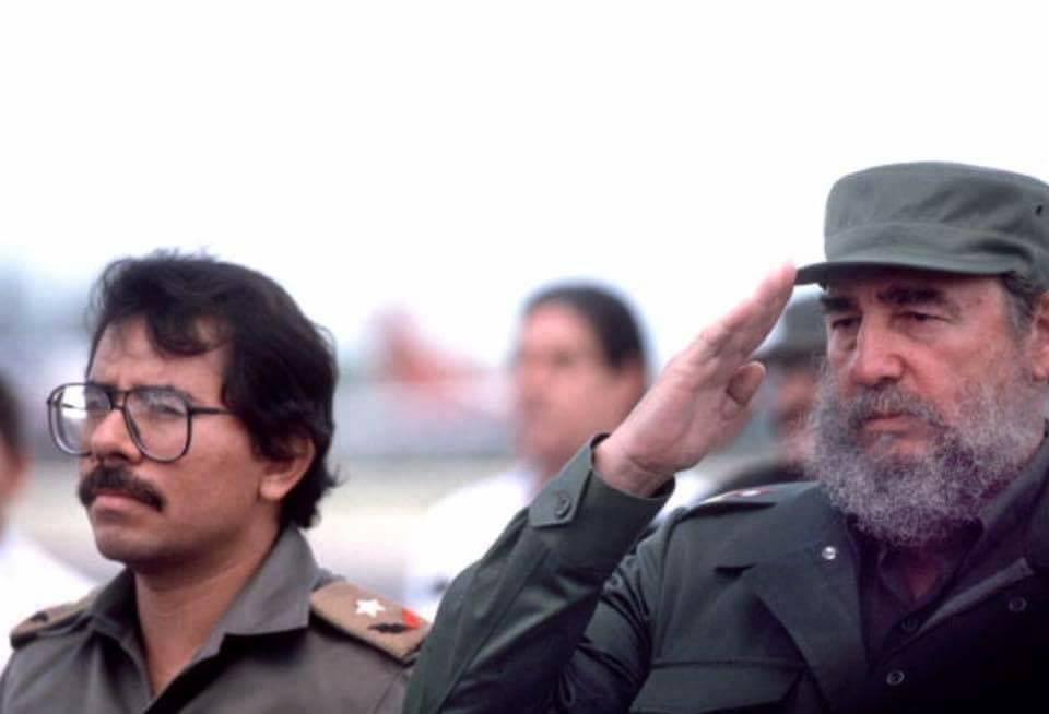 Fidel Castro y el comandante Daniel Ortega en la década de los 80's