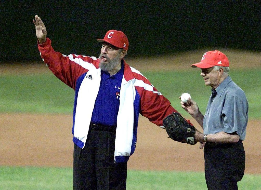 Fidel Castro (i), pide tiempo para que el exmandatario estadounidense Jimmy Carter lance una pelota de béisbol durante un partido en La Habana el 13 de mayo de 2002