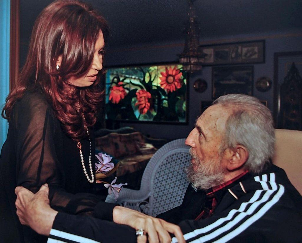 La presidenta de Argentina, Cristina Fernández de Kirchner (I) durante una visita al expresidente cubano Fidel Castro en su casa de La Habana, el 11 de enero de 2013.