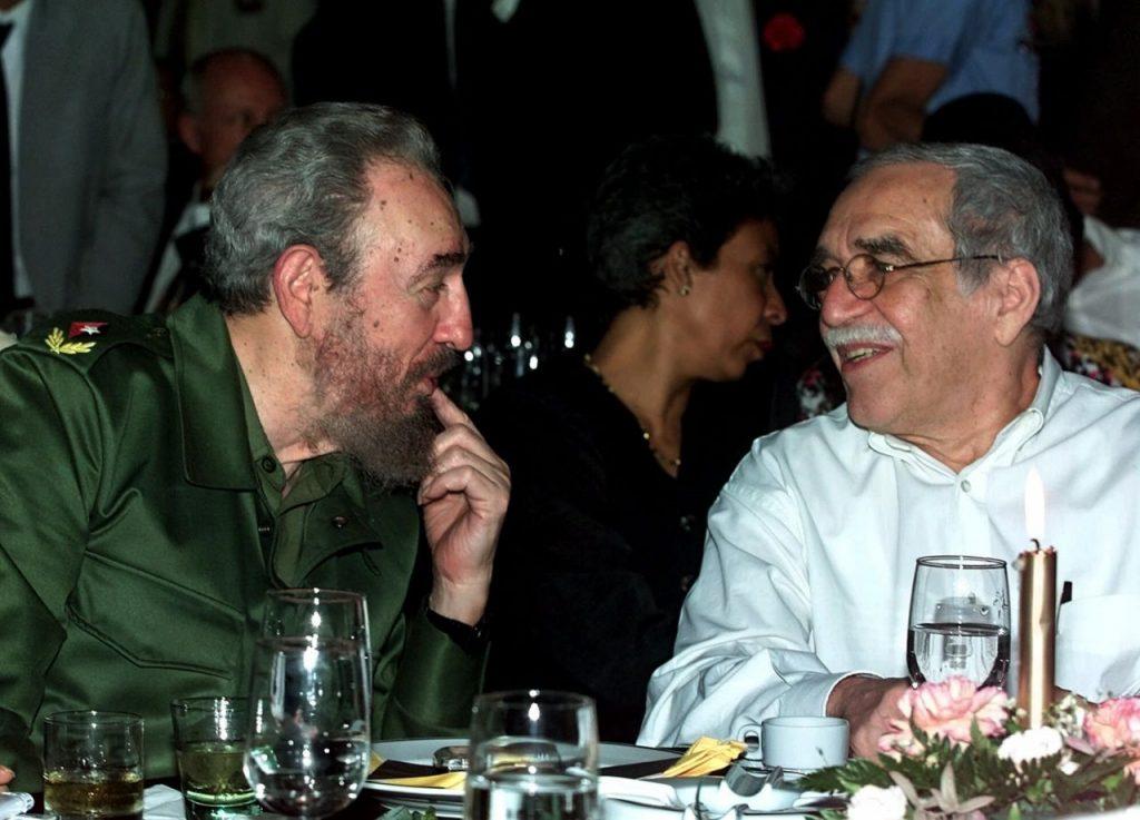 Gabriel García Márquez y Fidel Castro (izq.) hablan durante una cena en La Habana el 3 de marzo del 2000, durante los festejos del Festival Internacional del Puro.