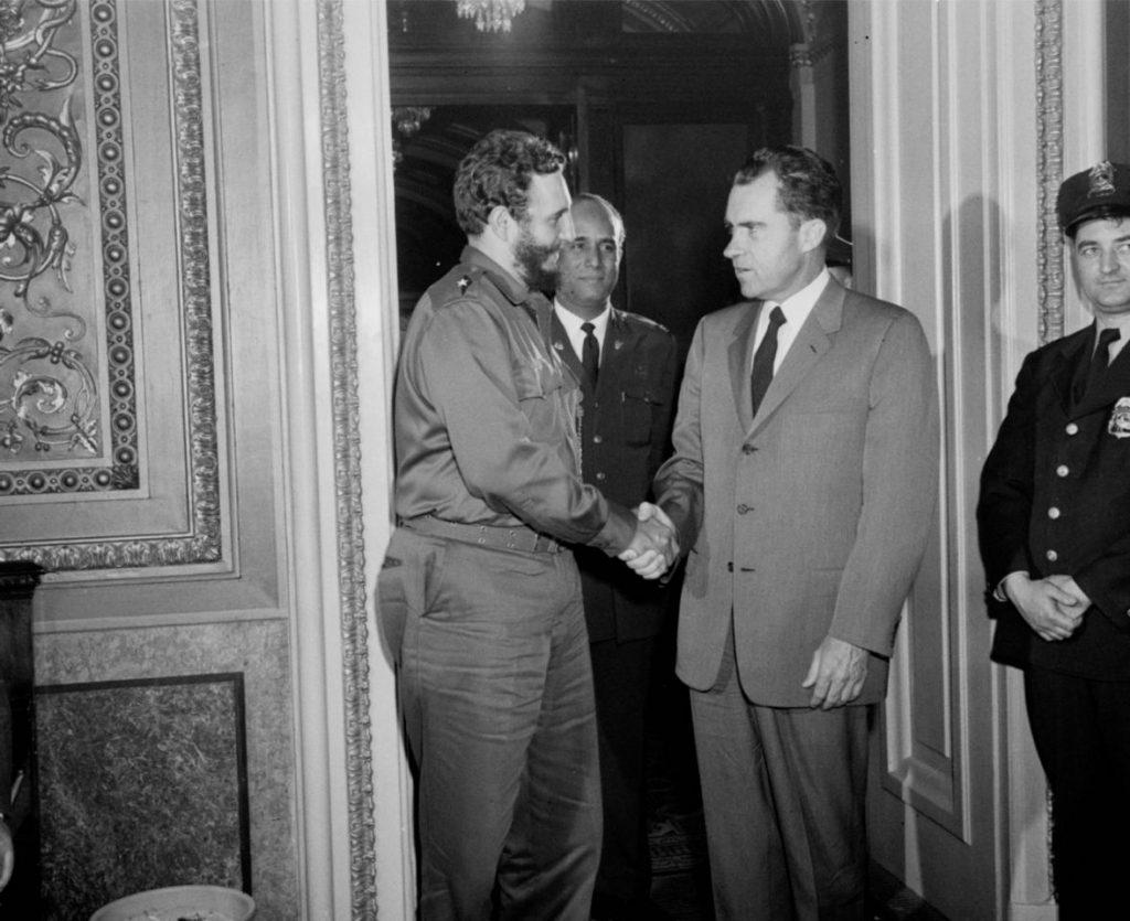 19 de abril de 1959, el vicepresidente estadounidense Richard Nixon estrecha la mano del líder cubano Fidel Castro tras un encuentro privado en Washington D.C.