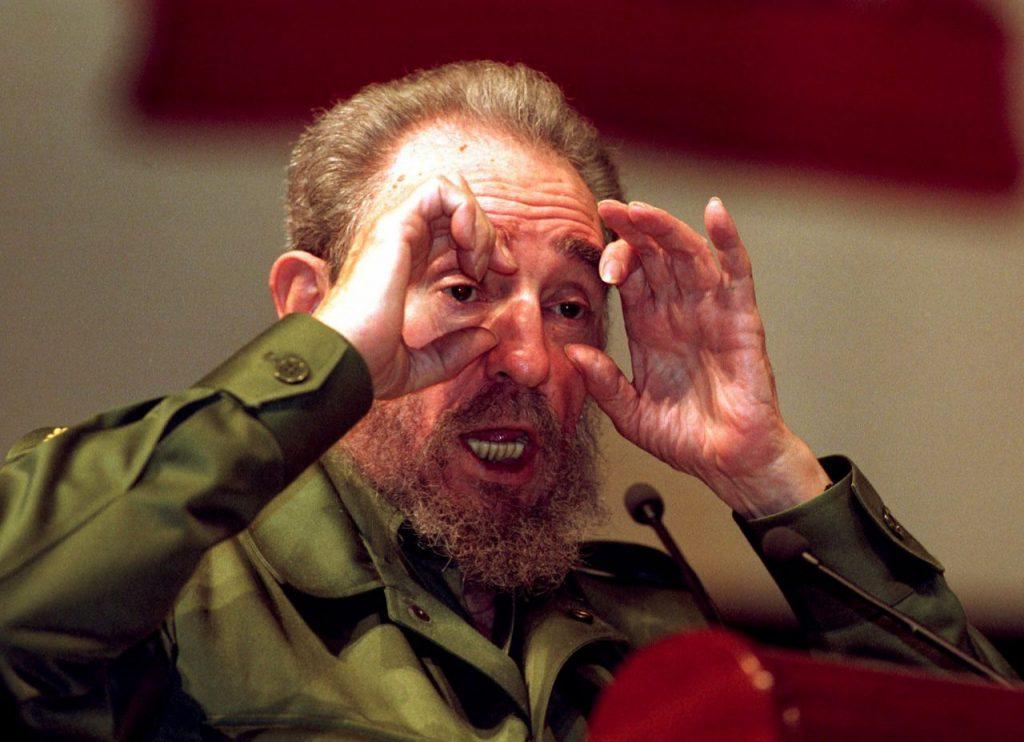 18 de agosto de 1999, el presidente cubano Fidel Castro pronuncia un discurso, en el que explica que no entiende por qué no se ha quedado ciego por los flashes de las cámaras que le han tomado fotos, en La Habana.