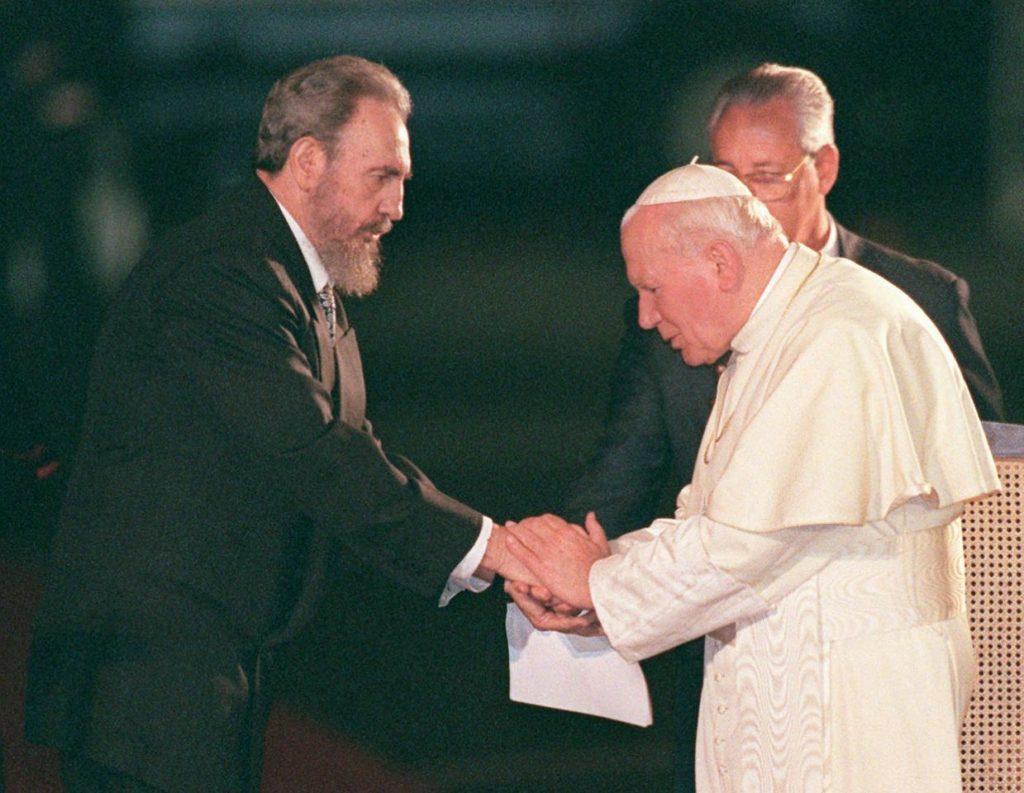 25 de enero de 1998, el presidente cubano Fidel Castro saluda a papa Juan Pablo II en el Aeropuerto Internacional José Martí de La Habana.