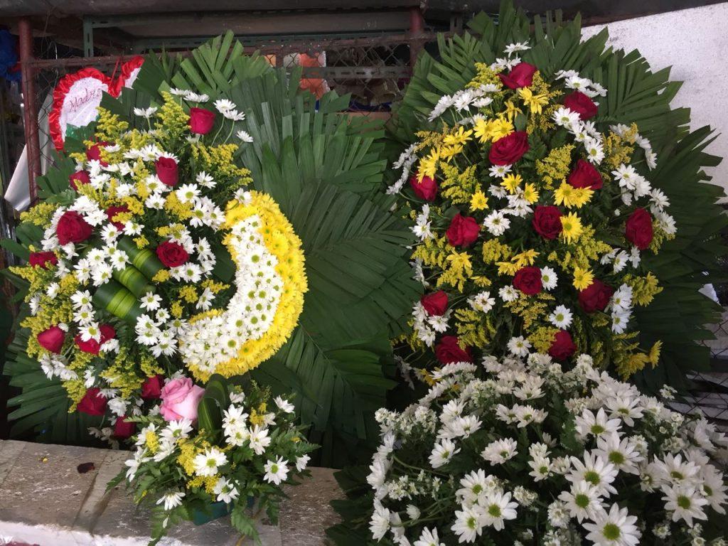 las flores naturales y artificiales están a la espera de las familias