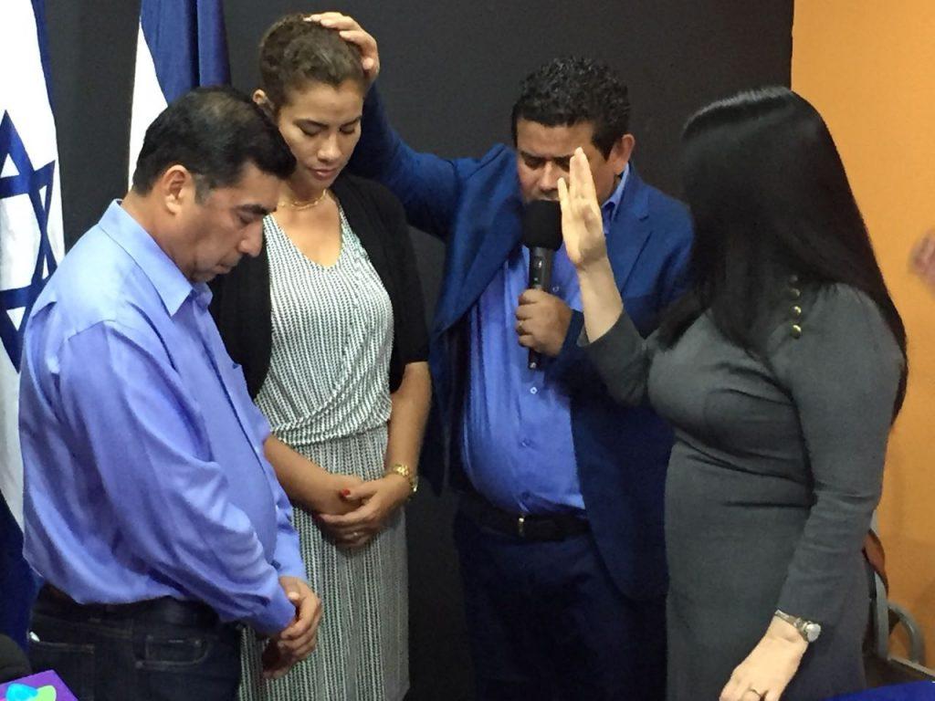 La participación  de los candidatos fue para realizara una oración de bendición