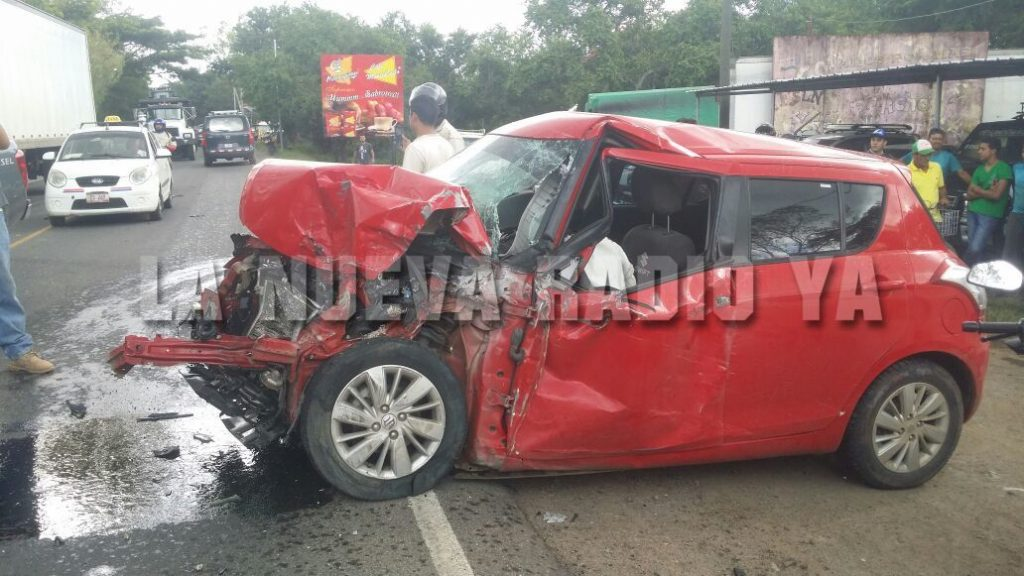 El conductor del carro rojo se estrelló contra un camión y luego contra un furgón