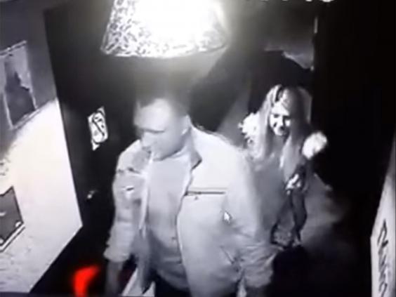 Video de seguridad donde se ve a Alexander Maslennikov abandonar un karaoke con sus dos víctimas